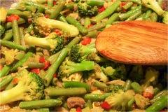 Um prato do frigideira chinesa com feijões brócolis e pimentas fotos de stock royalty free