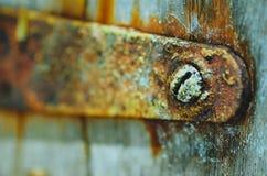 Um prego oxidado em uma dobradiça imagem de stock