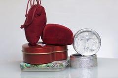 Um presente a um amado Caixas para presentes de empacotamento de formas e de cores diferentes, dos materiais diferentes Dobrado e Imagem de Stock