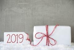 Um presente branco, fundo urbano do cimento, texto 2019 foto de stock