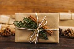 Um presente do papel do ofício decorado belamente para o Natal imagens de stock royalty free