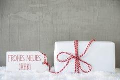 Um presente, fundo urbano do cimento, Neues Jahr significa o ano novo Imagem de Stock