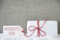 Um presente, fundo urbano do cimento, Weihnachtsfeier significa a festa de Natal Imagem de Stock Royalty Free