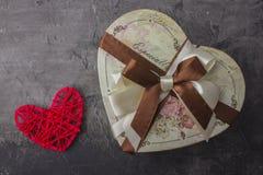 Um presente na forma de um coração por um feriado Dia ou casamento do ` s do Valentim casamento Imagens de Stock Royalty Free