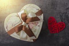 Um presente na forma de um coração por um feriado Dia ou casamento do ` s do Valentim Fotografia de Stock