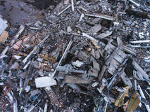 Um processo de buliding a destruição, casa demulida, tiro do ar com zangão imagens de stock royalty free