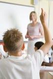 Um professor que ensina uma classe de escola júnior Imagens de Stock