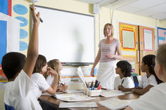 Um professor que ensina uma classe de escola júnior Fotografia de Stock Royalty Free