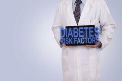 Um profissional médico guardara uma tabuleta que indica as palavras Diabe Fotos de Stock Royalty Free