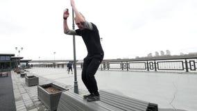 Um projétil luminoso salta o parkour acrobático da rua, lento-movimento vídeos de arquivo