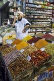 Um proprietário da tenda no bazar da especiaria no distrito de Eminonu de Istambul de Turquia Imagem de Stock