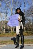 Um protestador mantém um sinal durante um março contra a brutalidade de polícia e a resolução do grande júri sobre o exemplo de E Fotografia de Stock Royalty Free
