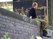 Um protestador novo que toma um resto no anti-Fracking protesto em Preston Fotografia de Stock Royalty Free