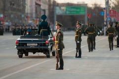 Um protetor de honra em uma parada militar Fotografia de Stock