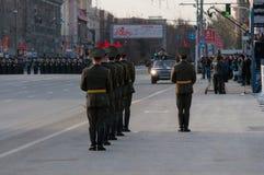 Um protetor de honra em uma parada militar Fotografia de Stock Royalty Free