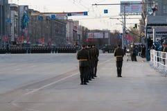 Um protetor de honra em uma parada militar Imagens de Stock