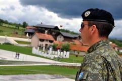 Um protetor de honra no cemitério os túmulos da família de Jashari, Prekaz, Kosovo Foto de Stock