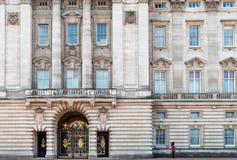 Um protetor real no Buckingham Palace, Londres, Reino Unido imagens de stock