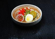 Um prsentation de um prato local, Laksa do alimento Foto de Stock