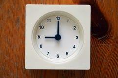 Um pulso de disparo branco que indica a nona hora Foto de Stock Royalty Free