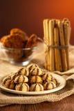 Um punhado das cookies em uma placa, em palitos e em cookies de farinha de aveia fotos de stock