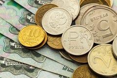 Um punhado de moedas do russo de denominações diferentes Fotografia de Stock Royalty Free
