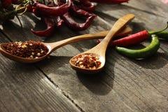 Um punhado do pimento do pimentão na tabela Imagens de Stock Royalty Free