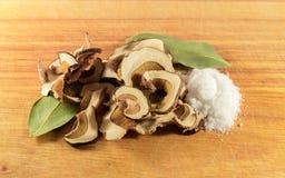 Um punhado dos cogumelos, folha de louro, sal Foto de Stock