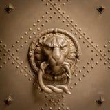 Um puxador velho com retrato de um leão feito do bronze imagem de stock royalty free