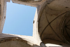 Um quadrado do céu azul visto através do telhado Fotografia de Stock Royalty Free