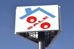 Um quadro de avisos que anuncia a venda de bens imobiliários Imagens de Stock Royalty Free