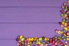 Um quadro de canto feito de doces coloridos do caramelo Imagem de Stock Royalty Free