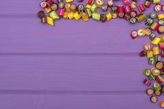 Um quadro de canto feito de doces coloridos do caramelo Fotos de Stock