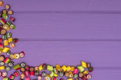 Um quadro de canto feito de doces coloridos do caramelo Foto de Stock Royalty Free