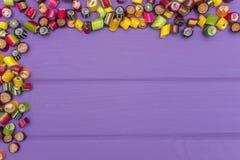 Um quadro de canto feito de doces coloridos do caramelo Fotografia de Stock