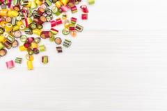 Um quadro de canto feito de doces coloridos do caramelo Fotografia de Stock Royalty Free