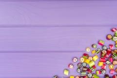 Um quadro de canto feito de doces coloridos do caramelo Foto de Stock