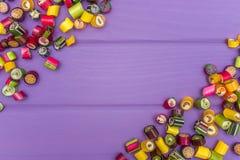 Um quadro feito de doces coloridos do caramelo Imagens de Stock