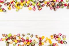 Um quadro feito de doces coloridos do caramelo Fotografia de Stock Royalty Free