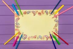 Um quadro fez dos aparas coloridos a do lápis em um papel amarelo imagens de stock