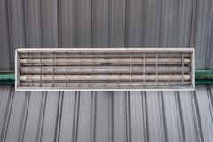 Um quadro fluorescente sob o teto fotografia de stock