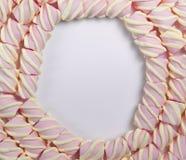 Um quadro redondo do marshmallow em um fundo isolado branco claro Com espa?o vazio para o texto foto de stock royalty free