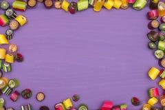 Um quadro redondo feito de doces coloridos do caramelo Fotografia de Stock