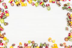 Um quadro redondo feito de doces coloridos do caramelo Fotos de Stock