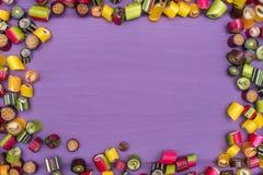 Um quadro redondo feito de doces coloridos do caramelo Imagens de Stock