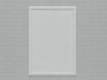 Um quadro vazio que pendura sobre a parede de tijolo Foto de Stock Royalty Free