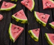 Um quarto de uma melancia em uma tabela de madeira Duas melancias verão agosto Imagem de Stock
