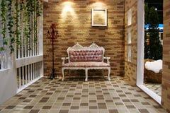 Um quarto glamourous bonito com cadeira agradável Fotos de Stock Royalty Free