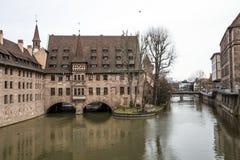 Um quarto velho da cidade em Alemanha que negligencia a ponte imagens de stock