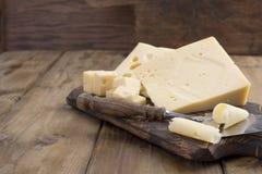 Um queijo suíço bonito com furos, uns produtos láteos úteis Alimento saboroso Foto do estilo country Lugar para o texto Copie o e imagem de stock